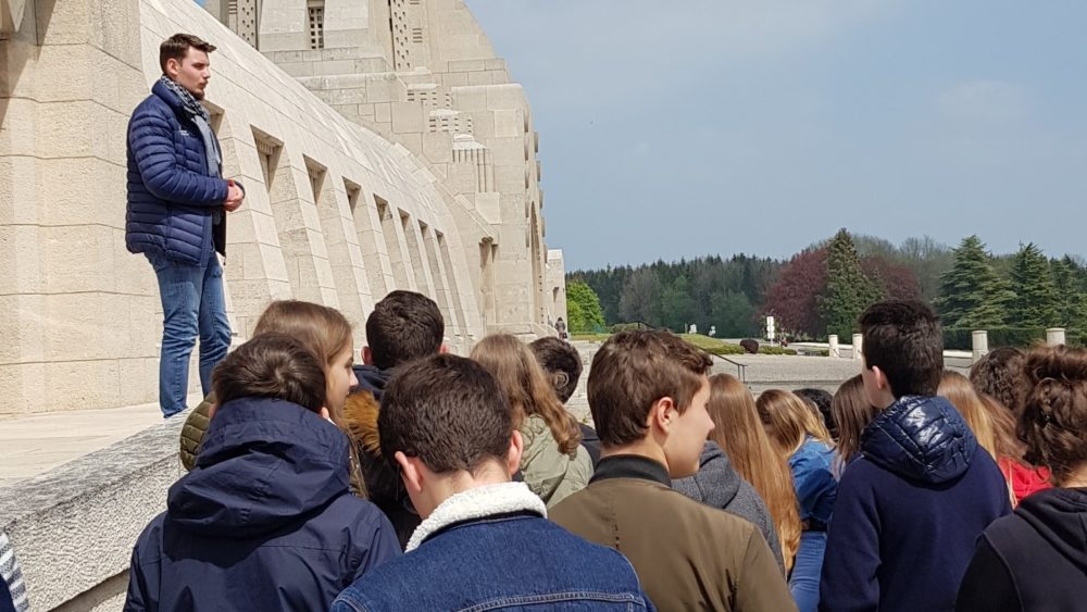 Collégiens de Saint-Charles devant l'Ossuaire de Douaumont