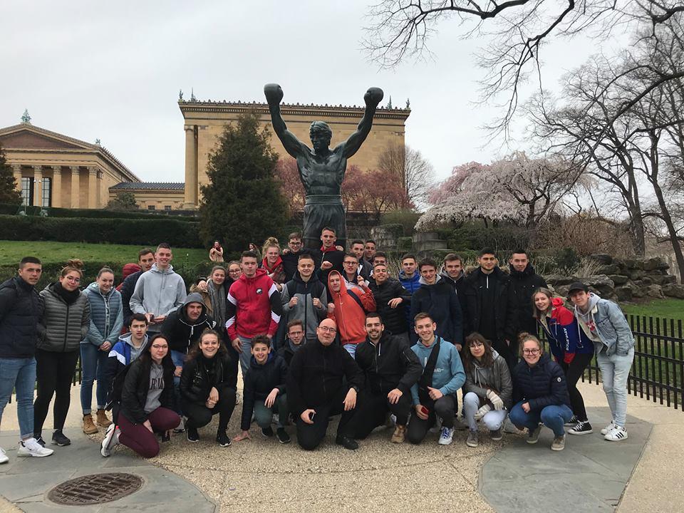 élèves de Saint-Charles devant les marches de Rocky