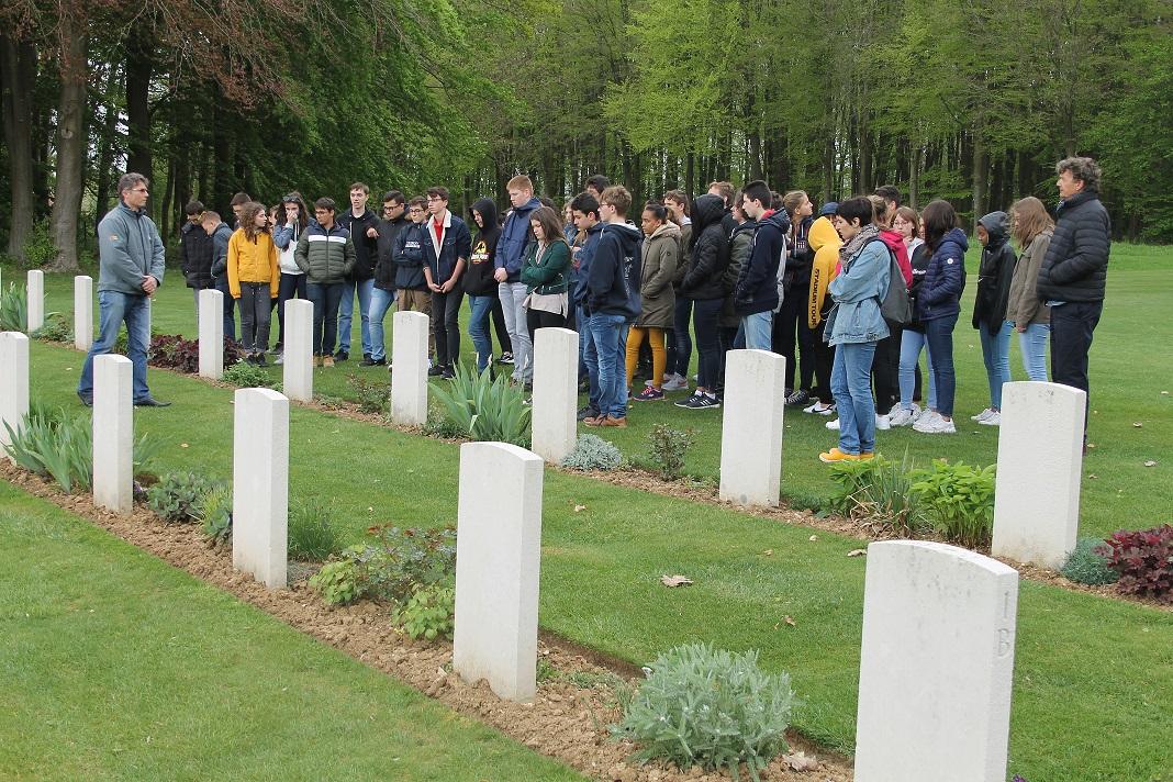 Elèves de Saint-Charles au cimetière de Peronne