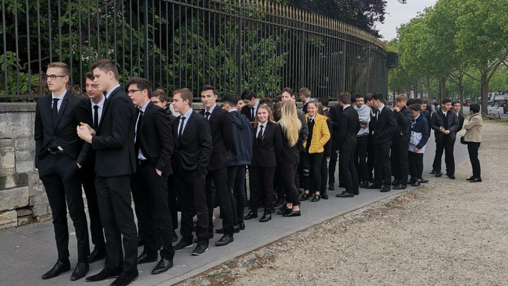 File d'attente des élèves de Saint-Charles pour visiter les Invalides