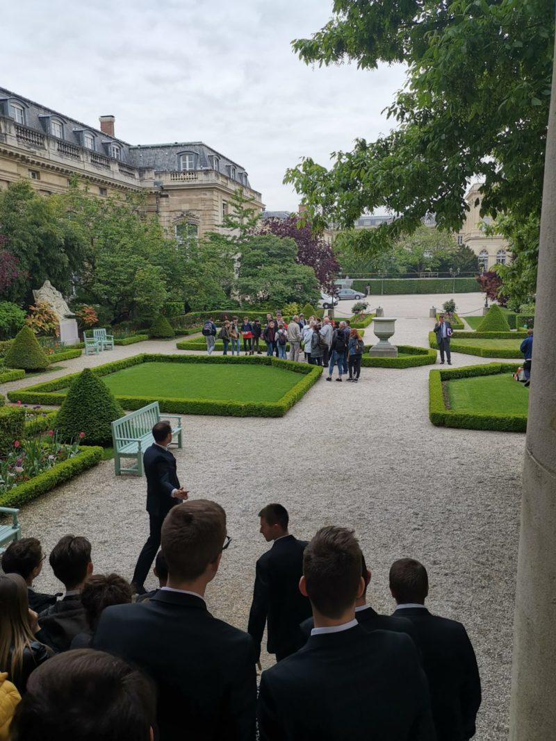 Les élèves de Saint-Charles dans les jardins de l'Assemblée Nationale